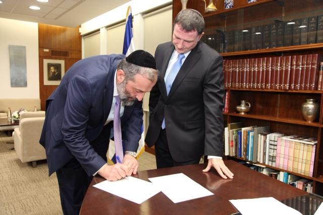 Arie Deri hands in his resignation to Knesset Speaker MK Yuli Edelstein.  Source: ch10.co.il